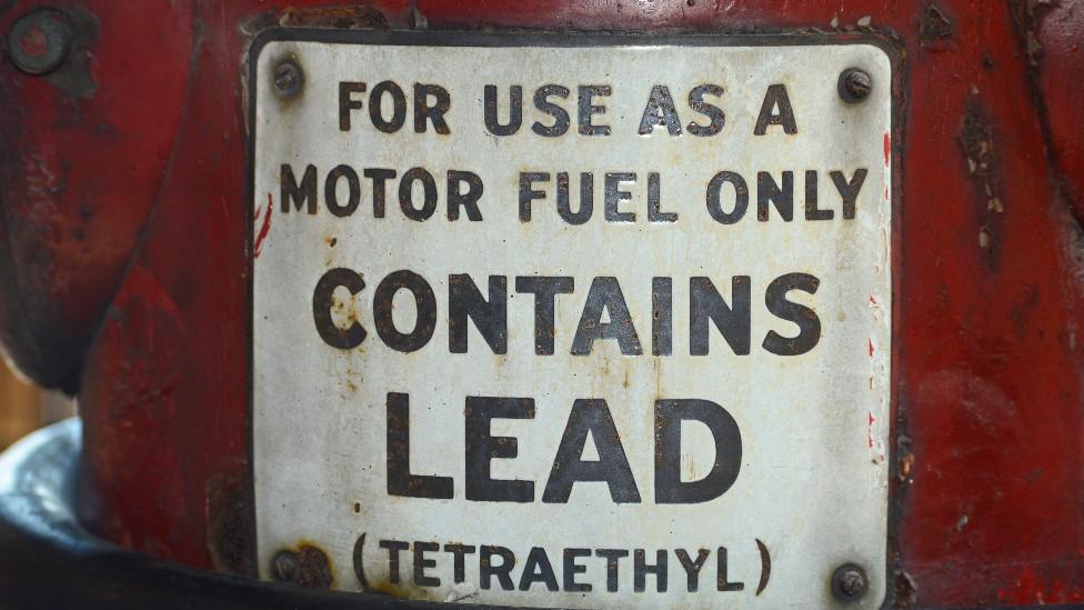 Una vieja estación de servicio en Estados Unidos que vendía gasolina con plomo