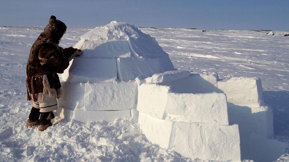 Inuit construyendo un iglú.