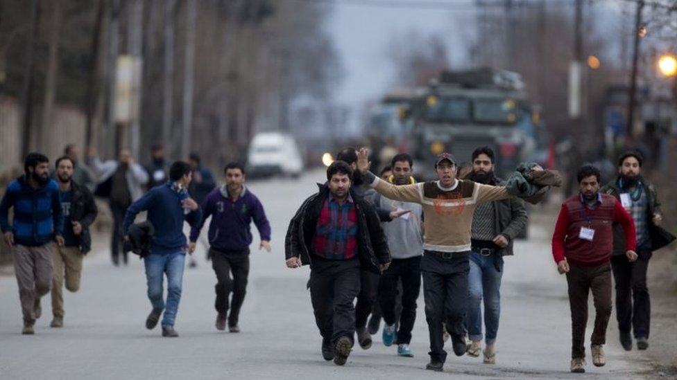 Kashmiri civilians run for safety after they were evacuated from the government-run institute on the outskirts of Srinagar (20 February 2016)