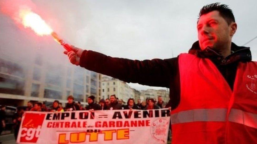 फ्रांस: पेंशन सुधारों के ख़िलाफ़ हड़ताल, देश ठप