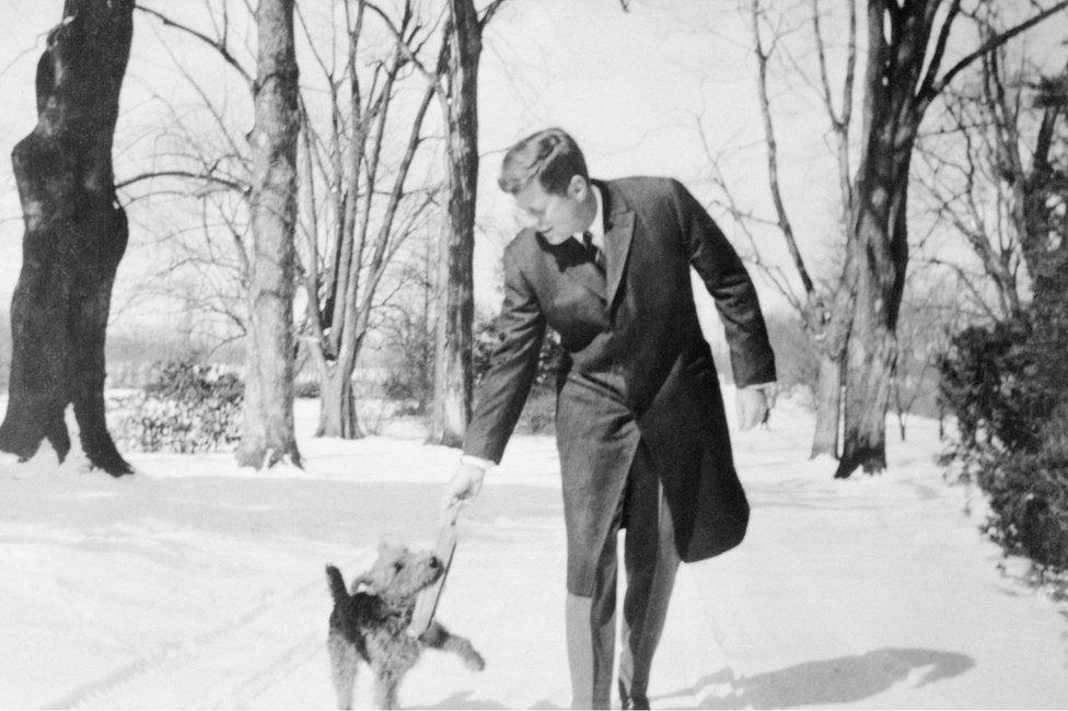 الرئيس جون إف كينيدي يلعب مع كلبه تشارلي في فيرجينيا عام 1962.