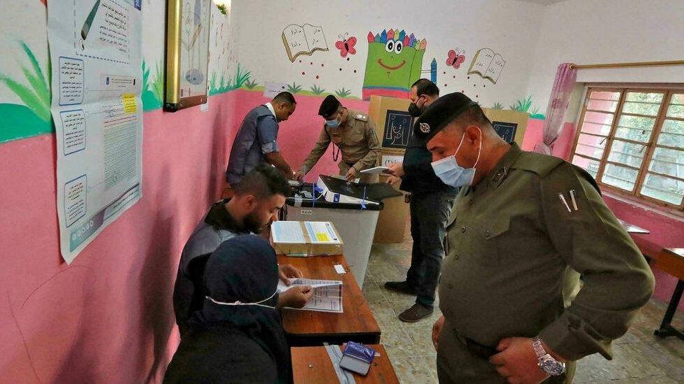 قوات الأمن والنازحون يدلون بأصواتهم في الانتخابات التشريعية بالعراق