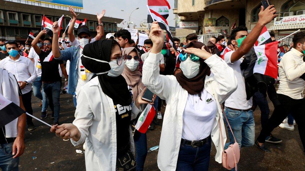 بعض الطلاب خرجوا بزيهم للمشاركة في الاحتجاجات