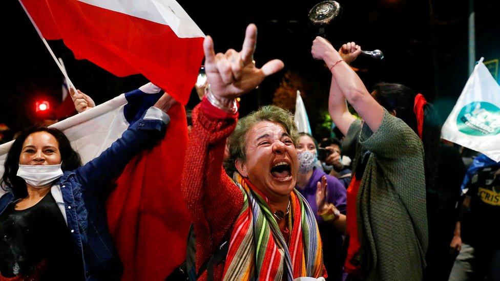 Personas celebran la victoria del Apruebo en el plebiscito nacional de Chile