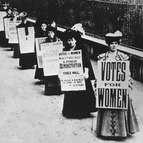 Britanske sifražetkinje nosile su slogane 1908. u brobi za pravo žena da glasaju, ali ne na majicama
