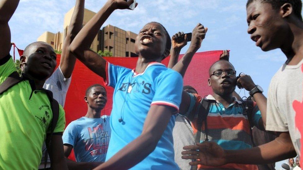 Anti-coup protesters sing the Burkinabe national anthem in Ouagadougou, Burkina Faso, September 22, 2015.