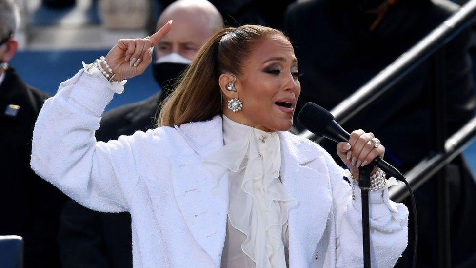 Jennifer López cantando durante la ceremonia de investidura de Joe Biden