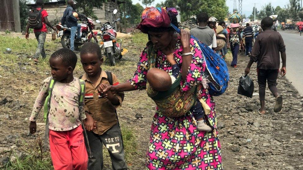 Una familia congoleña evacúa su casa