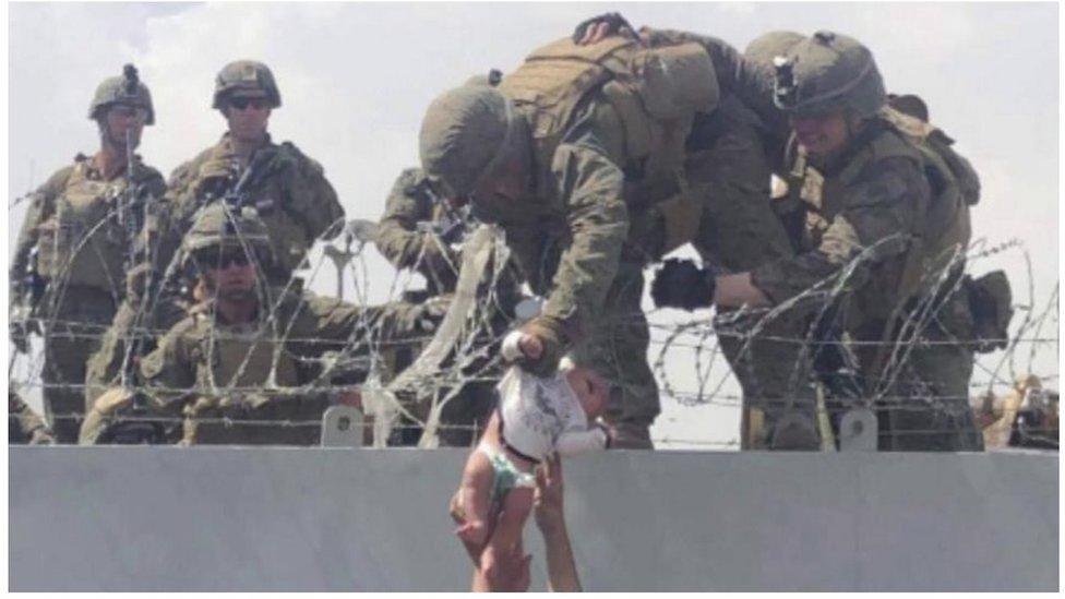 Soldados reciben a la bebé