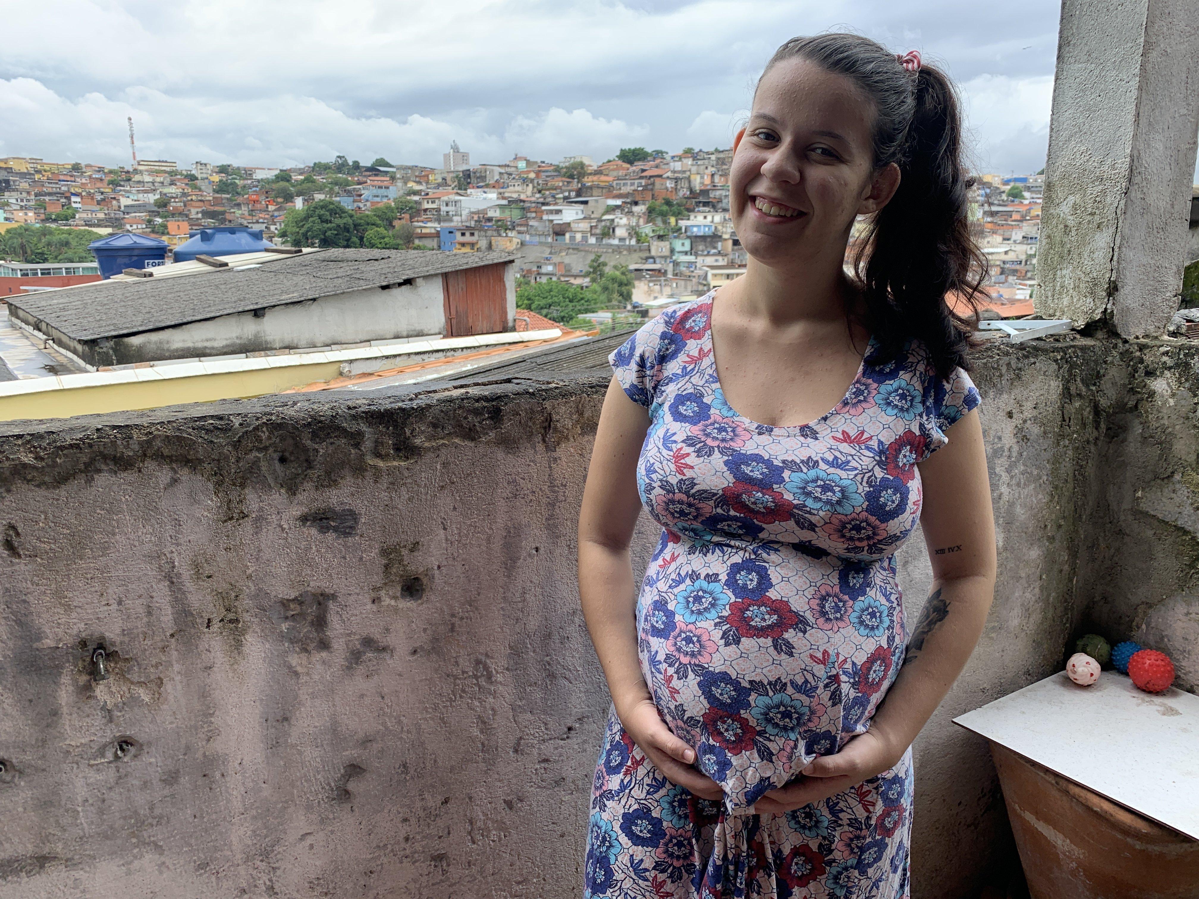 Vitória Maria de Oliveira sonríe para la cámara.