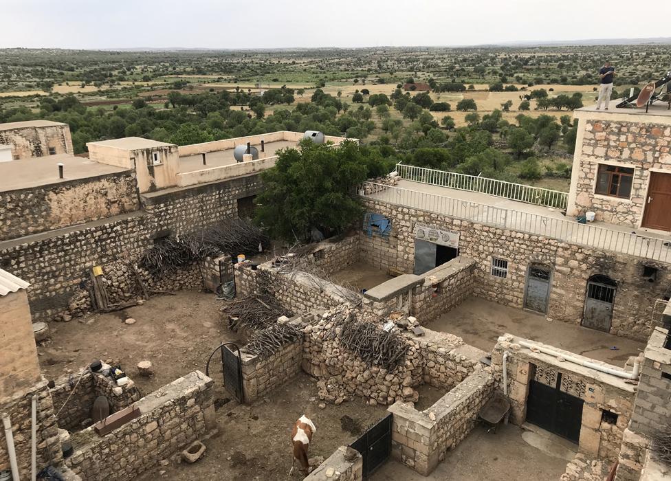 Imagen del interior de la fortaleza-granja en Hah.