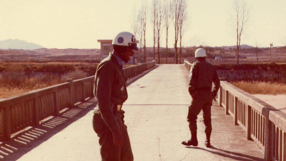 """""""جسر اللا عودة"""" الواقع في المنطقة الأمنية المشتركة يعبر خط الهدنة بين الكوريتين"""