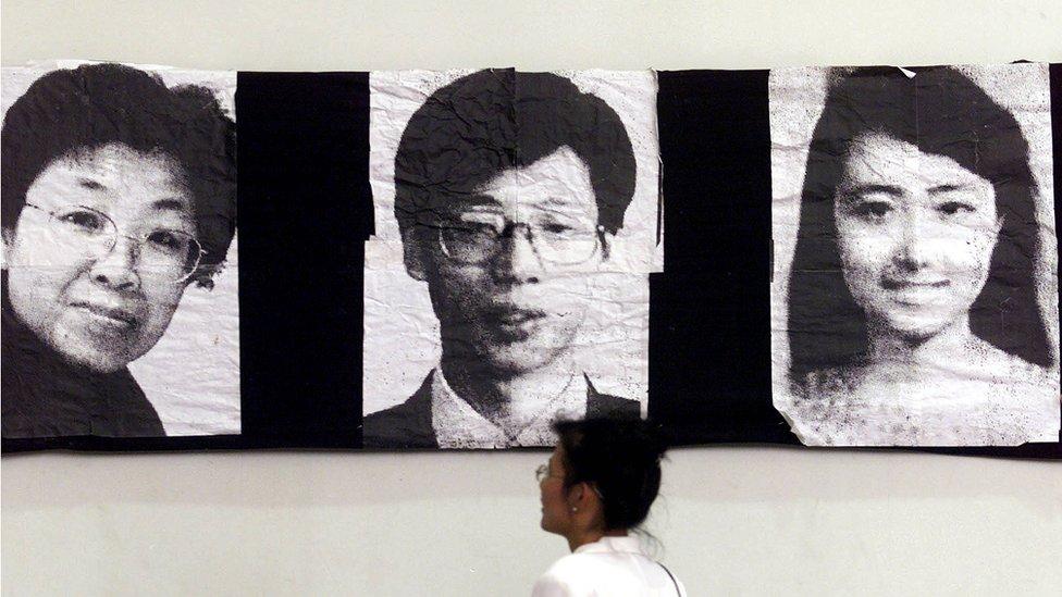 crno bele fotografije kineskih novinara na izložbi u Kini