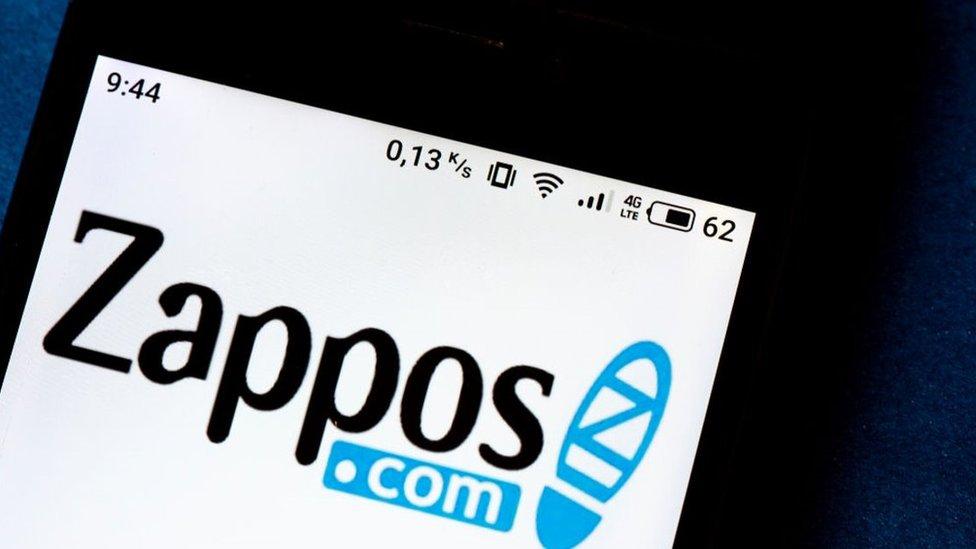 Logo de Zappos en un celular