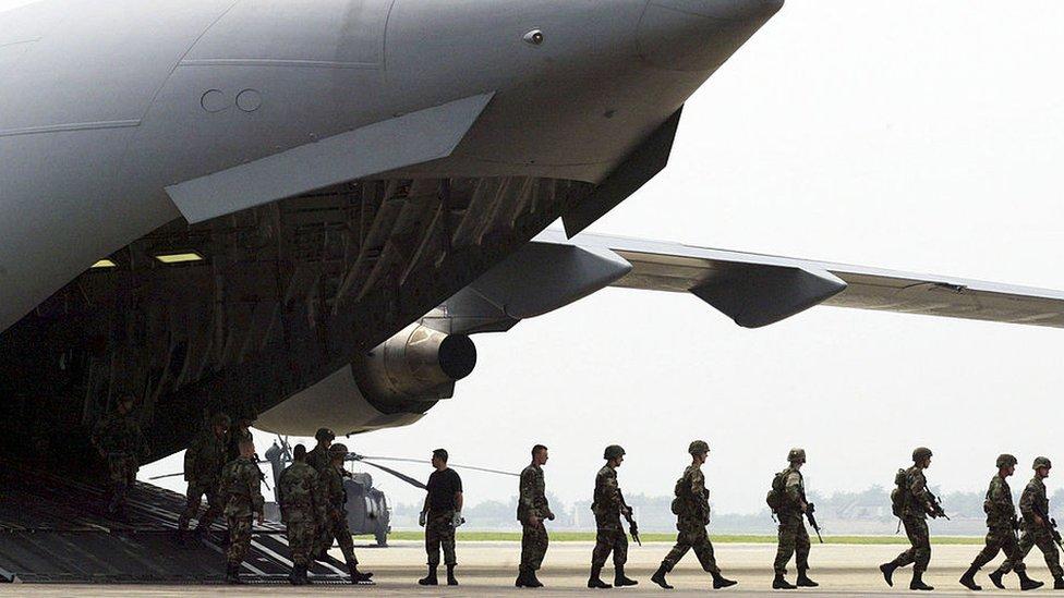 جنود أمريكيون ينزلون من طائرة