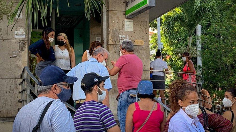 哈瓦那一家銀行外的排隊民眾