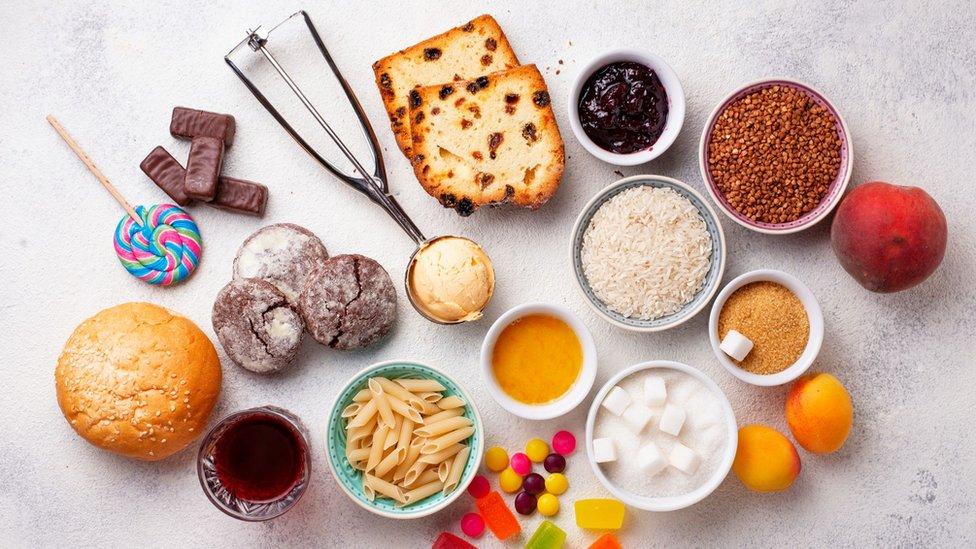 En ayunas, el nivel normal de azúcar en sangre es de 70 a 110 miligramos por decilitros (mg/dl). Después de las comidas, estos valores suben.