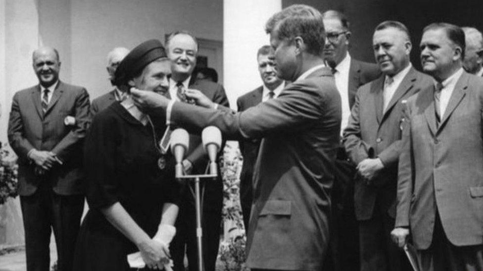 Frances Kelsey condecorada por JFK