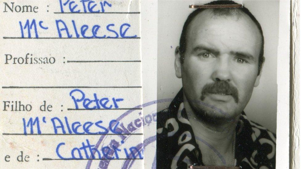 Identificación donde se ve a un joven Peter McAleese, durante sus años como mercenario en África en la década de 1970.