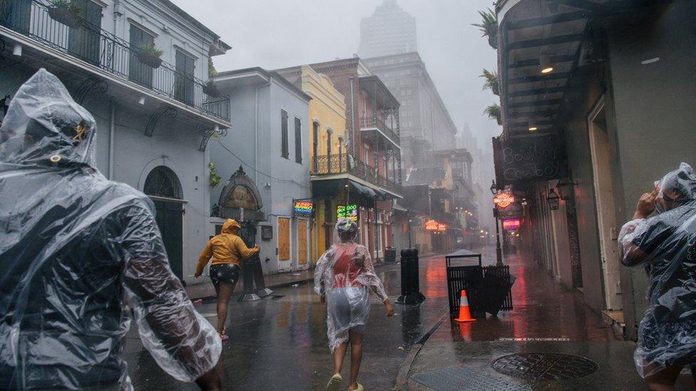 Ljudi trče kroz Francusku četvrt u Nju Orleansu