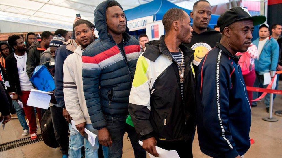 Haitianos hacen fila para regularizar sus papeles.