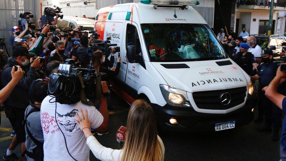 Maradona saliendo del hospital.