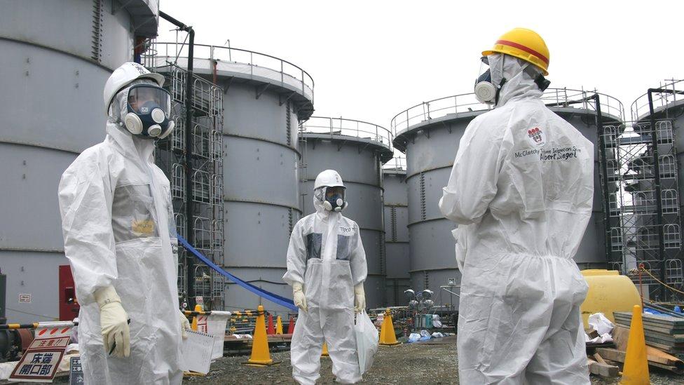 東京電力公司人員身穿防護衣帶領記者視察福島第一核電站殘骸(7/11/2013)
