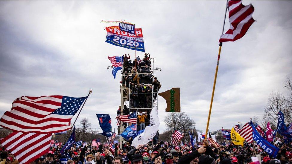 مؤيدو ترامب وهم يقتحمون مبنى الكابيتول في 6 يناير/ كانون الثاني 2021