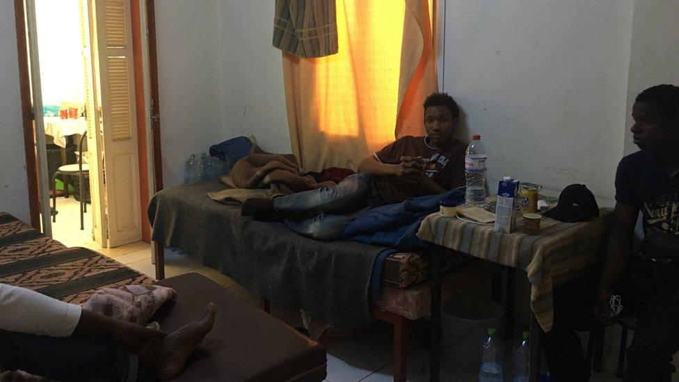 يستضيف مركز الإيواء أعداداً من المهاجرين تفوق طاقته الاستيعابية