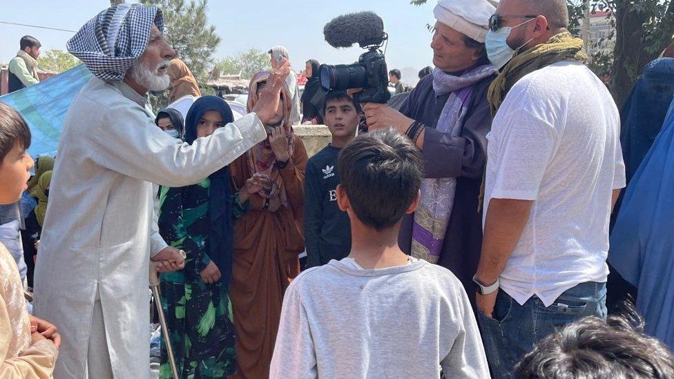 Jorge Said entrevistando a afganos en los campos de refugiados.