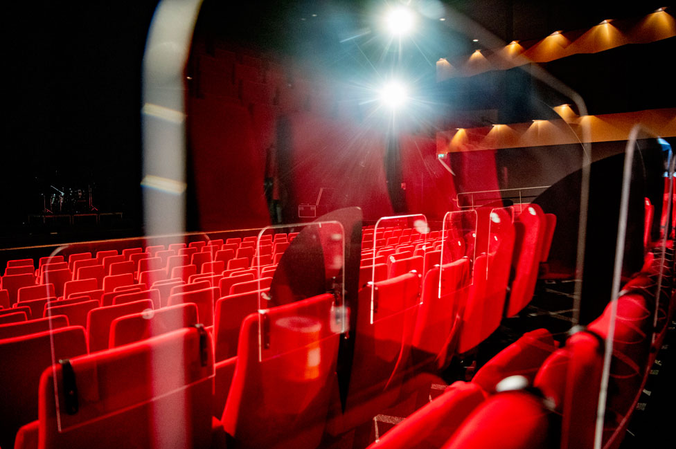 Un teatro en Países Bajos con particiones de plexiglass entre los asientos