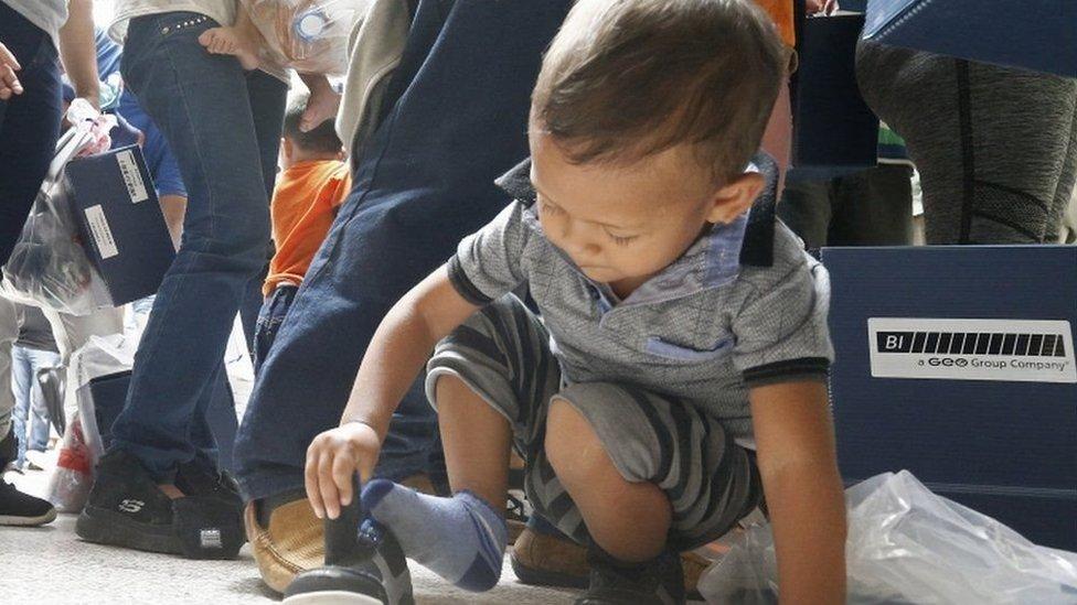 niño jugando con su zapato