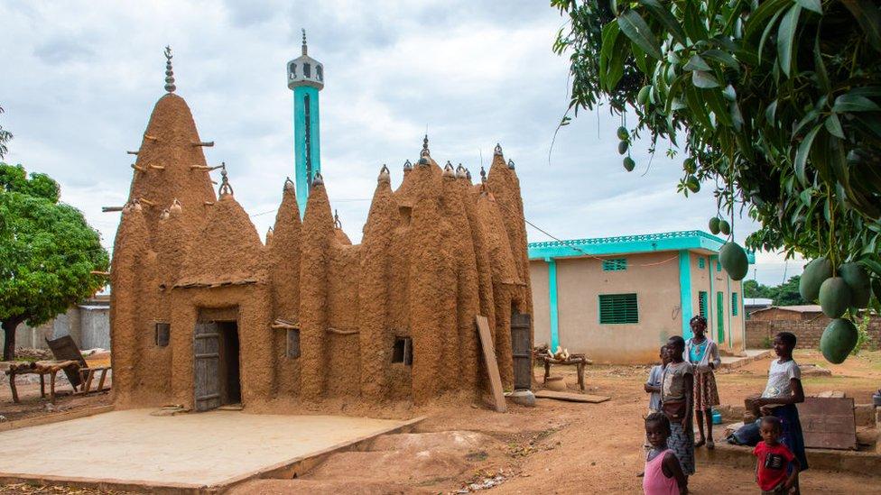 Masjid bergaya Sudano-Sahelian di Kouto, Pantai Gading.
