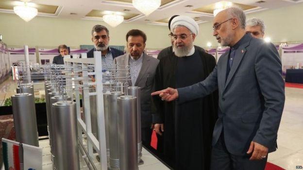 الرئيس الإيراني حسن روحاني أثناء زيارة لمنشأة نووية