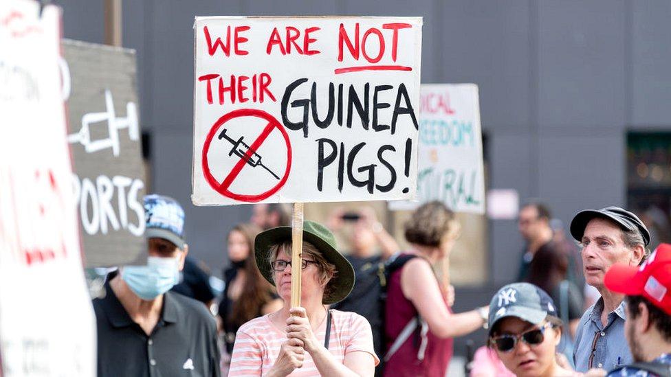 Um protesto contra a vacinação em Nova York