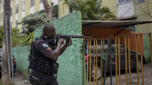 Un policía con un arma