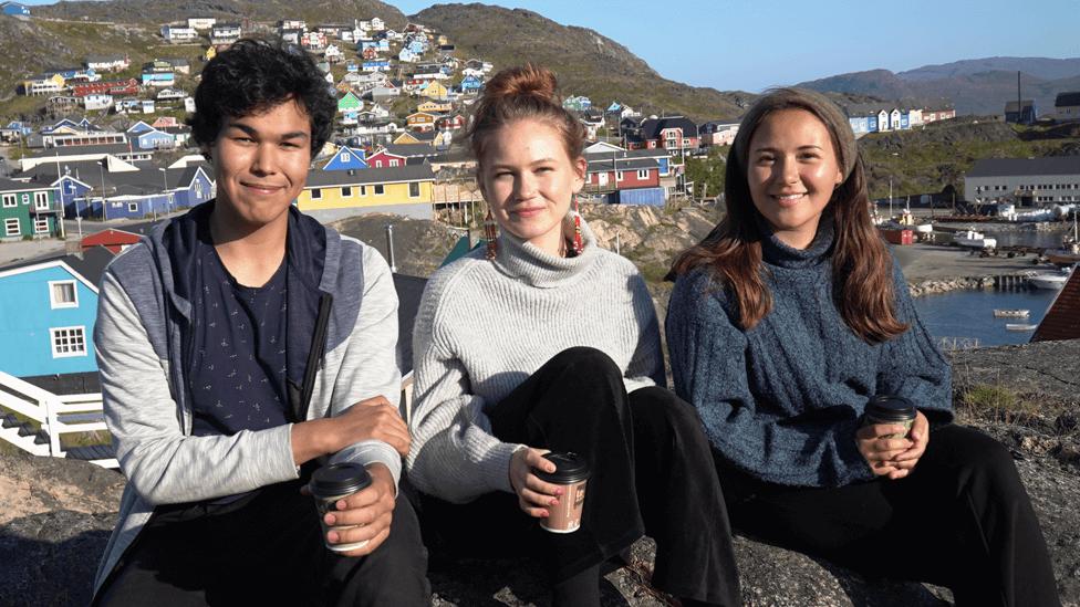 Inutsiaq Ibsen, de 18 años, Naja-Theresia Høegh, de 19 y Caroline Hartmann Hansen, de 21, en Qaqortoq.