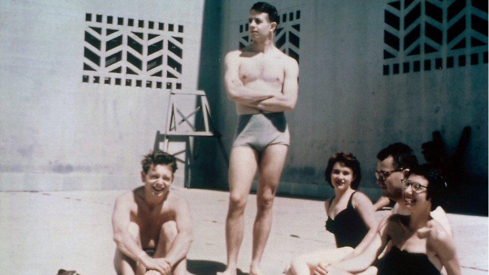 En esta foto, cuya fecha se desconoce, se ve a John Nash (en el centro) y su esposa, Alicia, en el fondo.