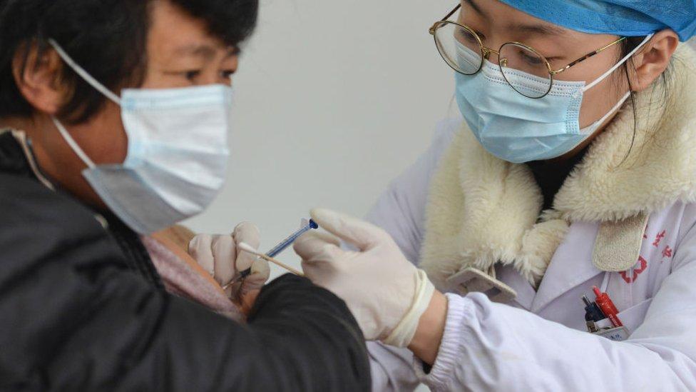 Petugas medis melakukan vaksinasi di Fuyang.