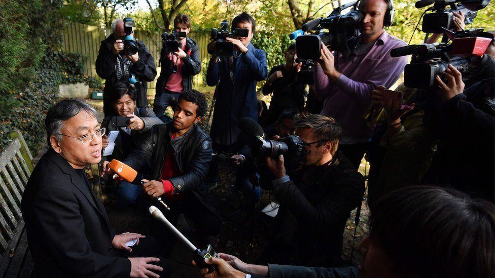 獲得諾貝爾文學獎後,石黑一雄在自家花園召開臨時新聞發佈會。