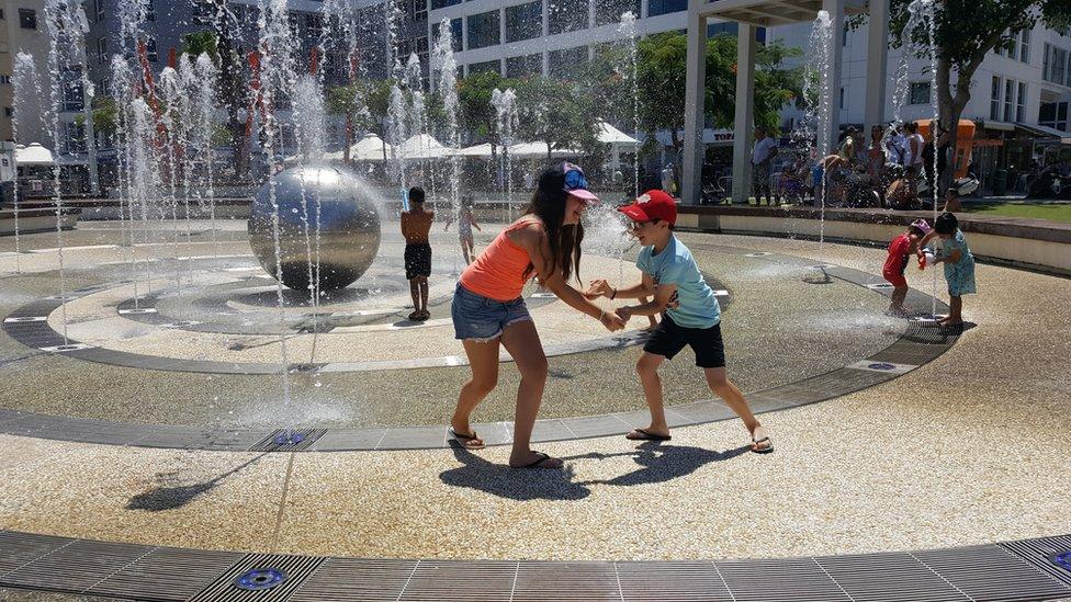 Niños juegan en una fuente en Netanya, Israel (foto: archivo)