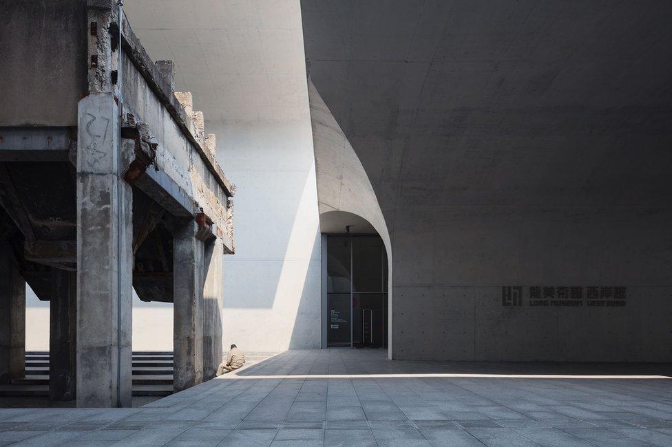 Un hombre es rodeado por un edificio