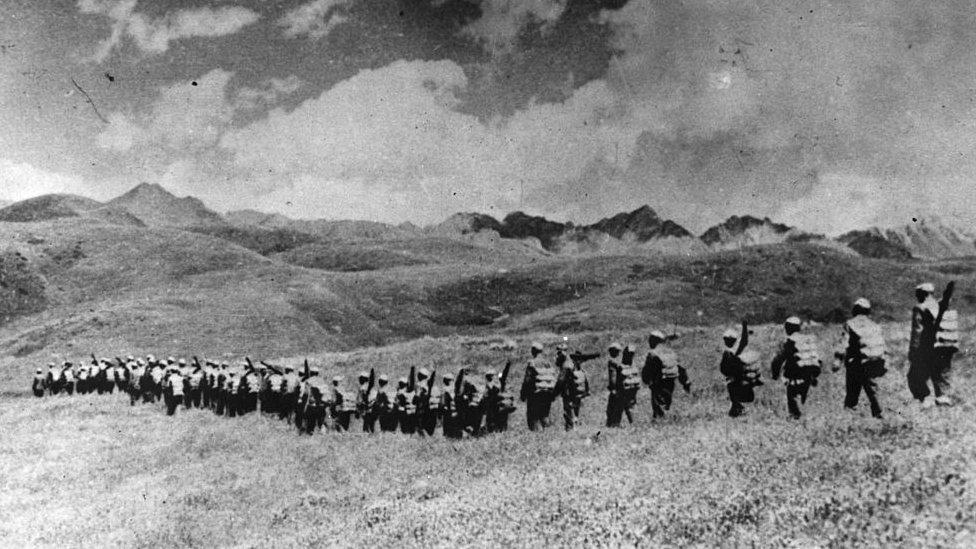 El ejército chino avanzando hacia la frontera tibetana en 1950.
