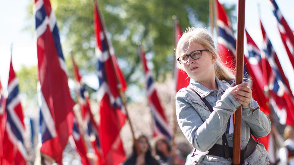 Joven con la bandera de Noruega durante las celebraciones del día de la Constitución