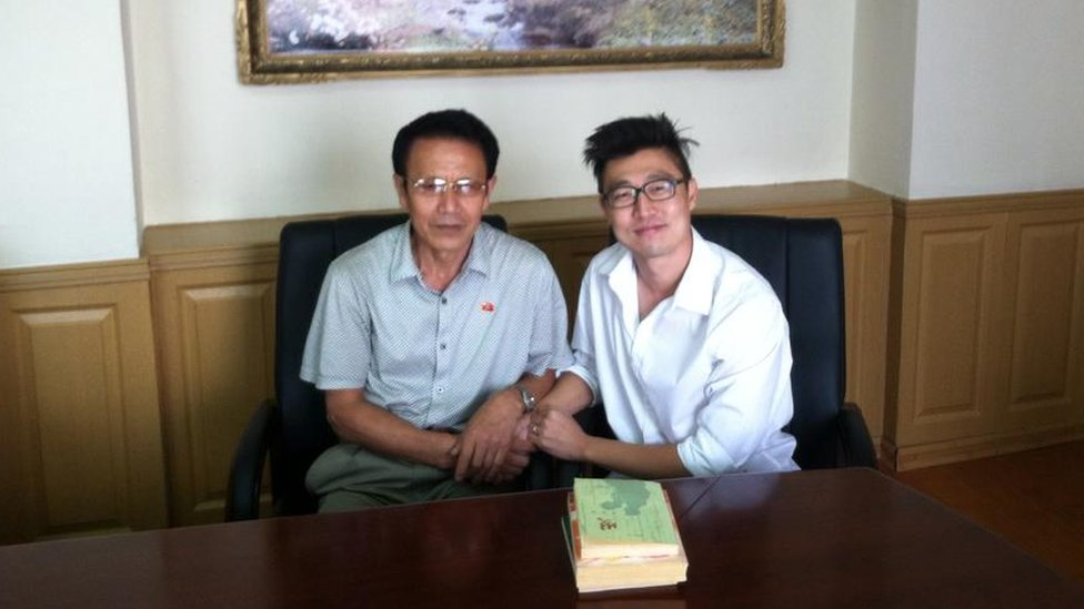 El escritor norcoreano Paek nam-yong con el traductor Immanuel Kim.