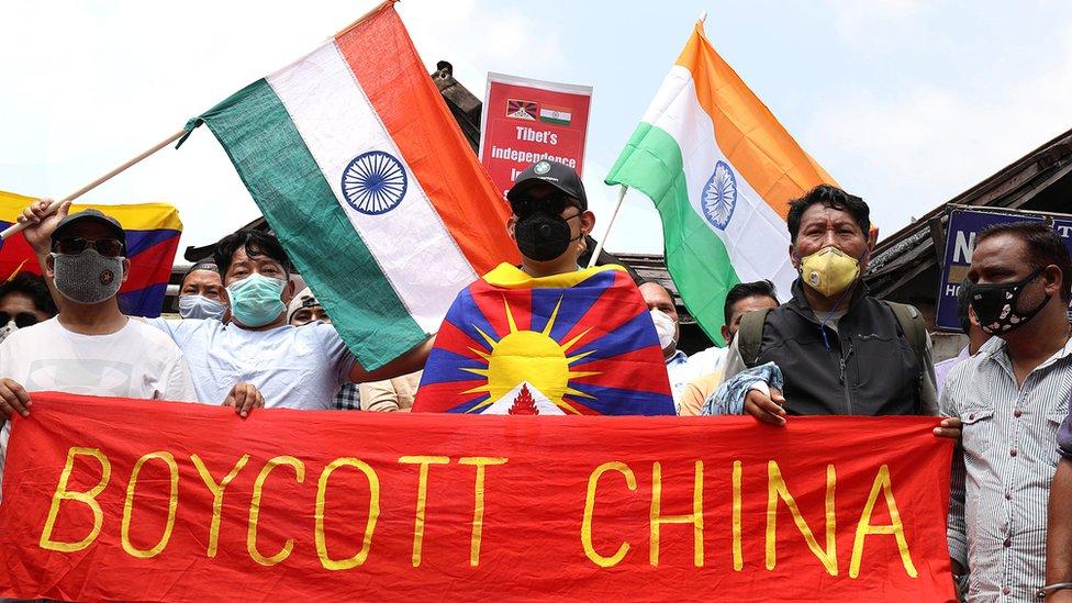 """印度示威者拿著""""杯葛中國""""的橫幅遊行。"""