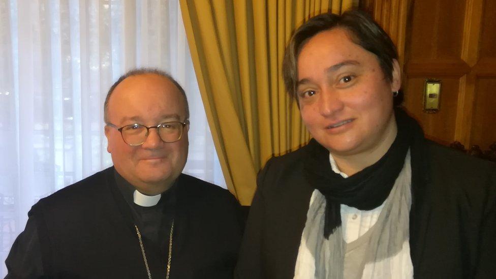 Elisa Fernández y Charles Scicluna, el enviado especial del papa a investigar los casos de abusos en Chile.
