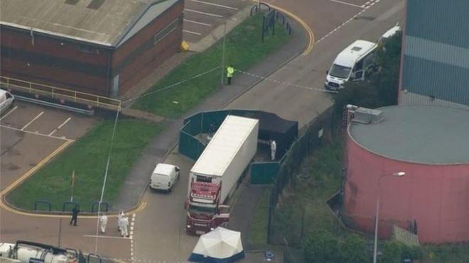 В Англії знайшли вантажівку із 39 трупами. Серед них є діти