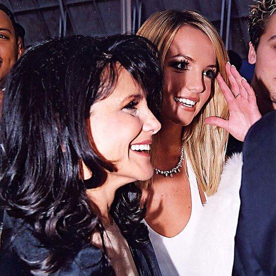 Lynne Spears y Britney Spears durante los premios GRAMMY 2000, en el Staples Center de Los Ángeles.