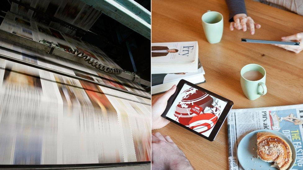 Una imprenta y una pareja utilizando una tableta